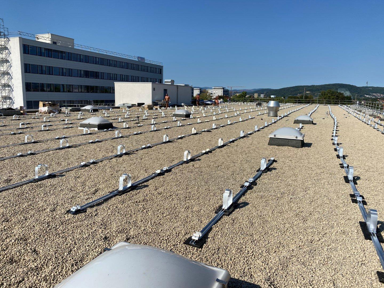 Detailaufnahme der Unterkonstruktion der Photovoltaik-Module