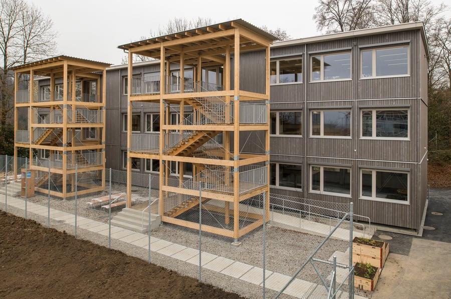 ETAVIS Aussenansicht Modulschulhaus Blumer-Lehmann AG - Copyright Juliet Haller