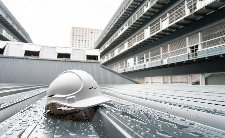 ETAVIS Sicherheitshelm_Helm auf Dach
